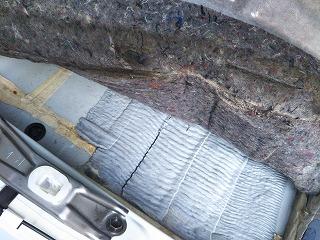 フロアカーペットの下